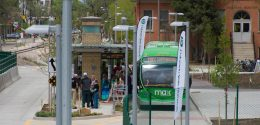 Photograph of the University Station MAX bus rapid transit service bus top. There is a southbound MAX bus next to the station with is full of people.